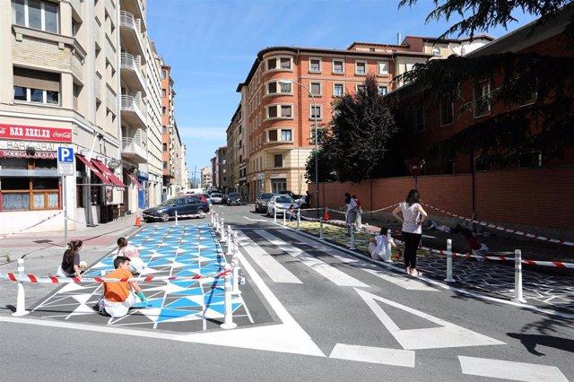 Alumnado de Liceo Monjardín pinta los nuevos espacios generados en los pasos de cebra del entorno de su colegio