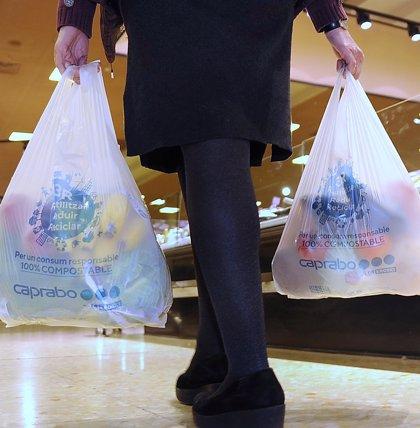 Caprabo ofrece bolsas de materiales reciclables como alternativa al plástico de un solo uso