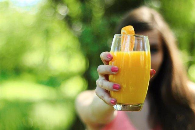 Un estudio concluye que no existen grandes diferencias nutricionales entre el zumo de naranja envasado y natural