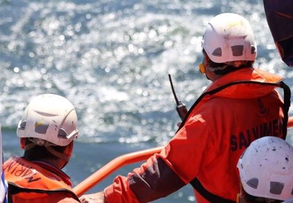 Rescatados diez adultos y tres menores de una patera en aguas de Almería