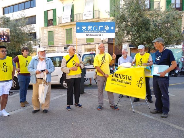 Unes deu persones acudeixen a la manifestació d'Amnistia Internacional per recordar la massacre de Tiananmen