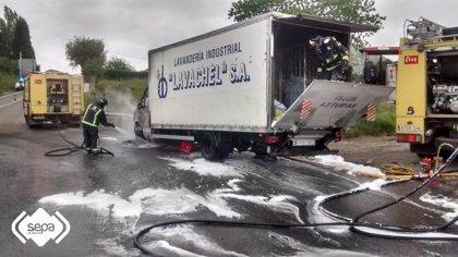 Extinguen el fuego declarado en un camión que transportaba ropa en la A-8 en Ribadesella