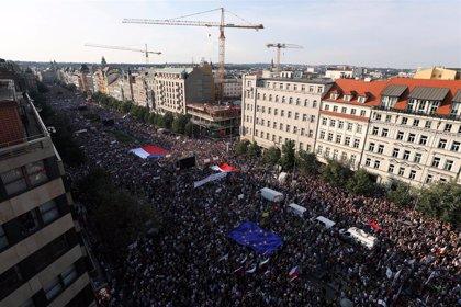 Miles de checos se manifiestan en Praga para pedir la dimisión de Babis tras el escándalo sobre los fondos UE