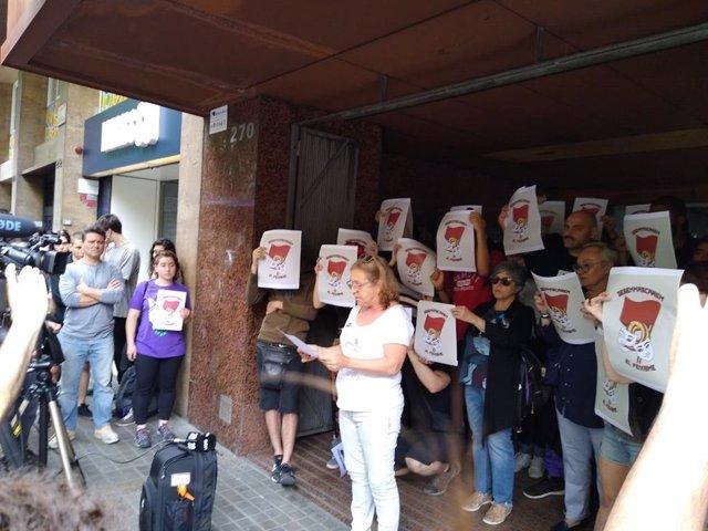 Miembros de Arran y la CUP protestan ante la sede de Societat Civil Catalana
