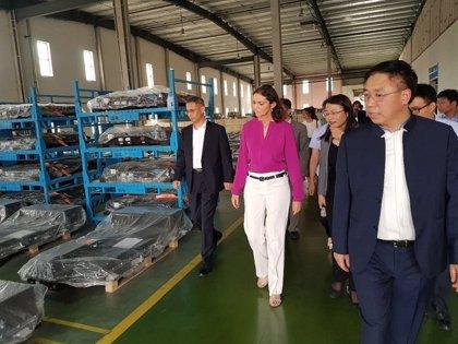 Maroto traslada a fabricantes chinos el valor de ensamblar vehículos alternativos en España