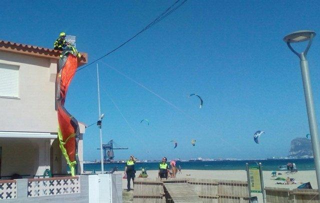 Cádiz.- El Colectivo Cigüeña Nedra critica el uso de kitesurf en Palmones tras chocar uno contra una vivienda