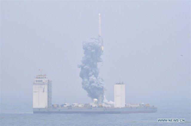 China lanza el primer cohete espacial desde una base en el mar