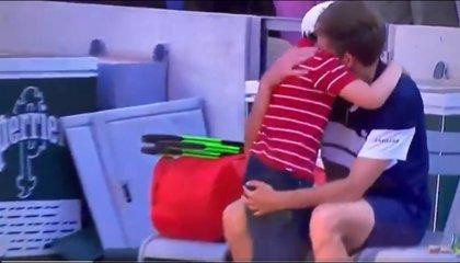 El hijo del tenista Nicolás Mahut salta a abrazar a su padre tras su derrota en Roland Garrós