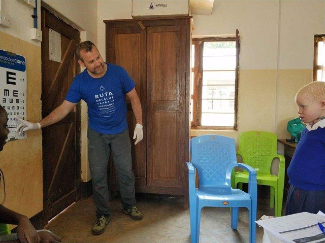 Ópticos de Cione se desplazan a Tanzania para revisar a niños con albinismo