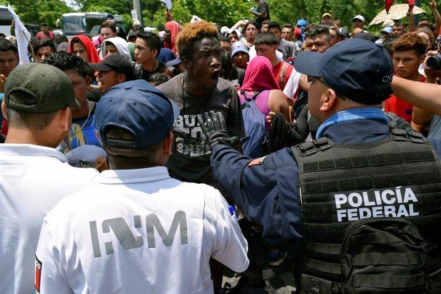 México.- Más de mil migrantes de una nueva caravana centroamericana cruzan la frontera de Guatemala hacia México