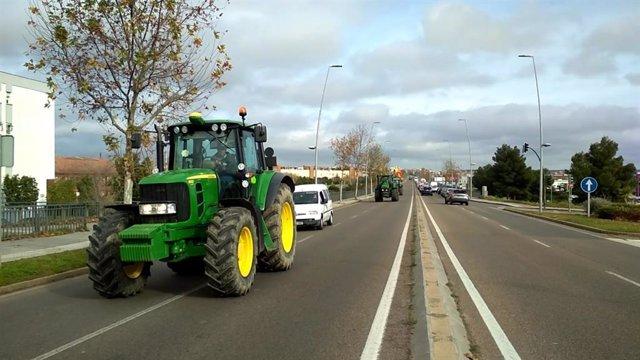 Un tractor de la protesta a su paso por el puente Fernández Casado
