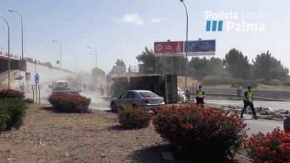 Un camió que transportava ciment bolca en una rotonda d'accés a la Via Cintura i provoca retencions