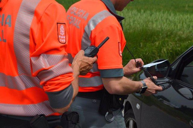 Agentes de tráfico en un control de seguridad vial