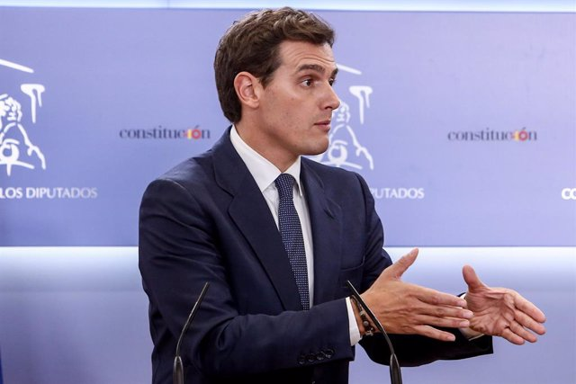 """Rivera diu al Rei que Ciudadanos farà una oposició """"ferma"""" a Sánchez, que pot governar amb """"els seus socis"""""""