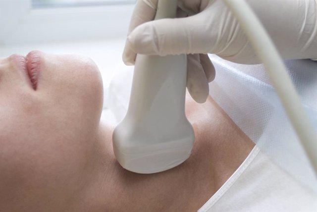 Experos desaconsejan el tratamiento hormonal en adultos con problemas leves de tiroides