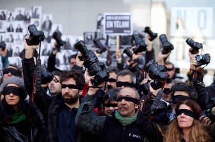 La crisis argentina sacude con fuerza al gremio periodístico: despidos, impagos y disminución salarial