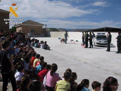 Guardia Civil realiza una exposición de medios en Baena (Córdoba) para 300 alumnos de Infantil y Primaria