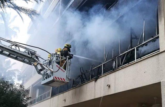 Incendio en un bloque de viviendas en Torrevieja