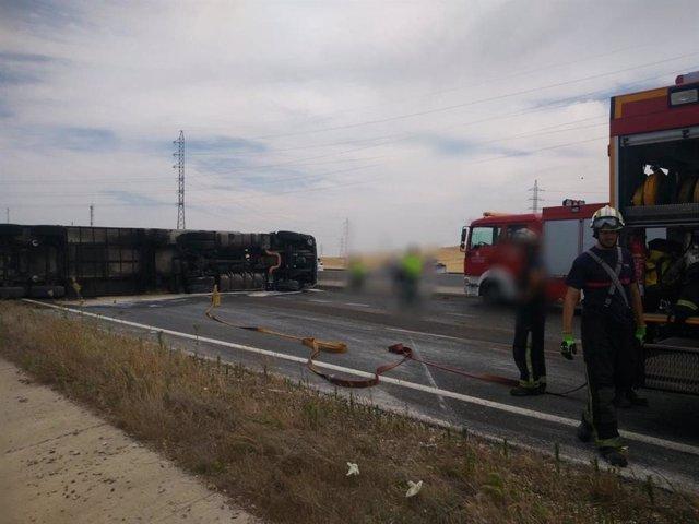Córdoba.- Sucesos.- Cortan la A-4 sentido Madrid a la altura de la capital tras volcar un camión de fruta