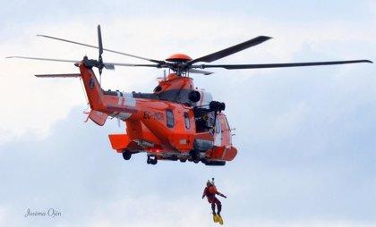 Rescatadas dos personas, una de ellas en helicóptero, en la playa de Foxos de Sanxenxo