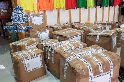 La Policía Nacional se incauta de más de 7.000 prendas textiles falsificadas en un polígono de Málaga