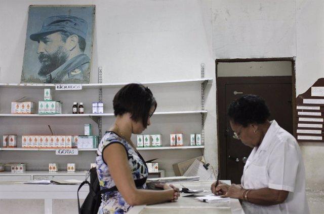 Establecimiento de medicamentos en un centro de salud cubano.