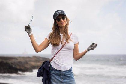 La modelo Ariadne Artiles participa en una recogida de plásticos y basura en la playa de San Borondón (Gran Canaria)