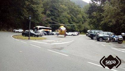 Dos heridos tras caer la moto en la que circulaban por un desnivel en Covadonga
