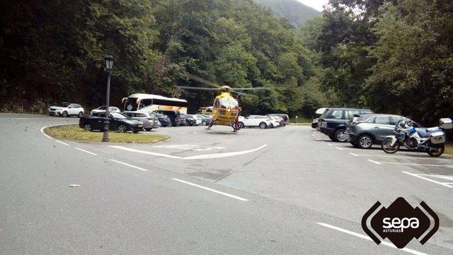 Sucesos.- Dos heridos graves tras caer la moto en la que circulaban por un desnivel en Covadonga