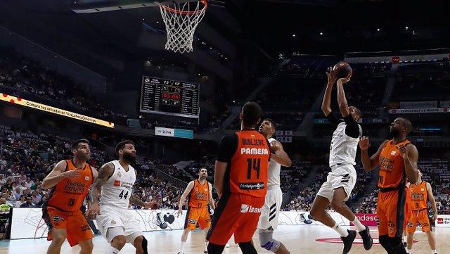 Baloncesto/Liga Endesa.- (Crónica) El Real Madrid olvida la Final Four ante Valencia Basket y defiende su liderato