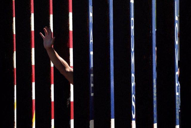 EEUU.- Un juez bloquea temporalmente el uso de fondos del Departamento de Defensa para construir el muro en la frontera