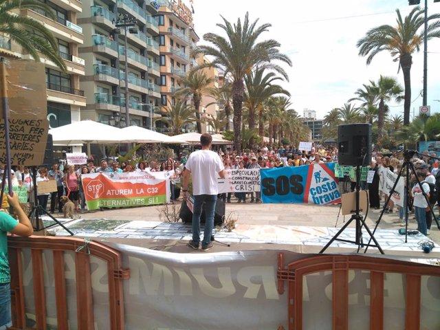 Una concentració reclama parar les obres de prolongació de la C-32 fins a Lloret (Girona)