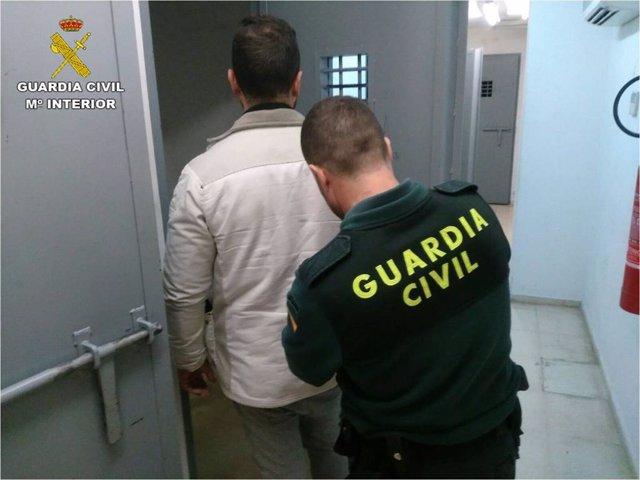 LA GUARDIA CIVIL DETIENE EN TORREVIEJA A UN FALSO REVISOR DE GAS