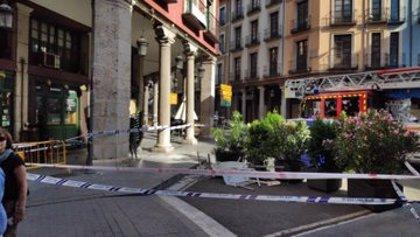 El desprendimiento de parte de una fachada en Valladolid provoca heridas a dos jóvenes
