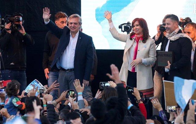 El precandidato 'peronista' a la Presidencia asegura estar bien, un día después de su hospitalización
