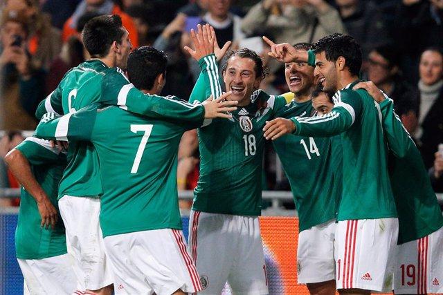 México golea 4-2 a Paraguay con gol y asistencia de Dos Santos