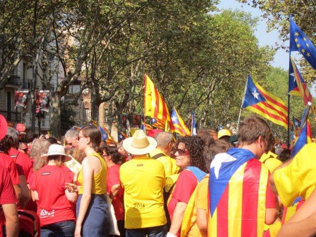 Milers de catalans formen la V a Barcelona aquesta Diada