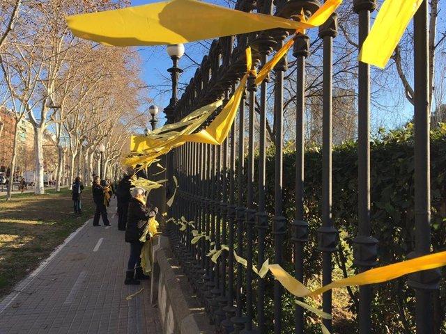 Lazos amarillos por los presos independentistas, junto al Parlament
