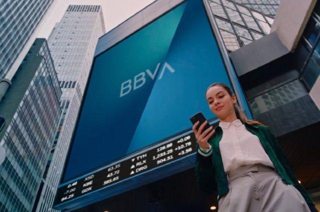 Economía/Finanzas.- BBVA actualiza su nueva marca en 1.000 edificios de todo el mundo