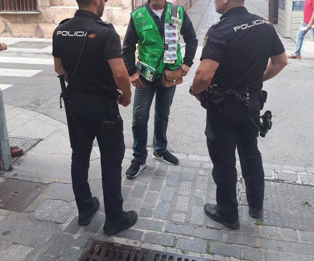 Málaga.- La Policía Nacional informa a trabajadores de la ONCE de modalidades delictivas de las que pueden ser víctimas