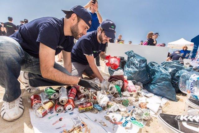 Més de 250 treballadors de Sage recullen 24.000 residus a la Platja de la Barceloneta de Barcelona