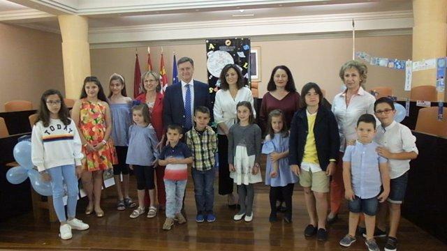 Diputación de Segovia premia a los ganadores del concurso de marcapáginas de los Bibliobuses con un cheque para libros