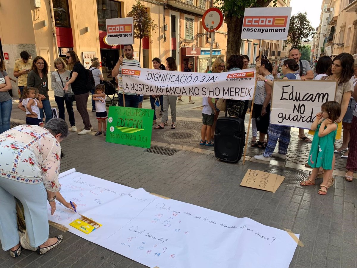 Cerca de 50 personas se concentran para reivindicar que el salario de los educadores infantiles llegue a los 1.000 euros
