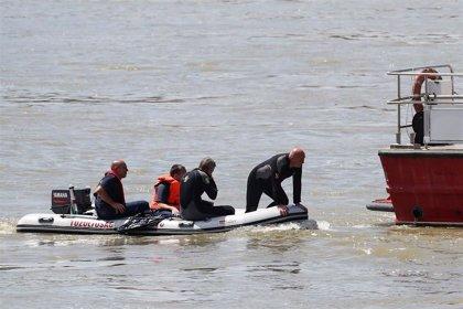 Los equipos de rescate comienzan una operación para sacar el barco hundido en el Danubio
