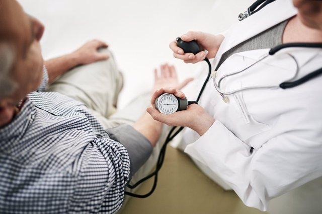 Hipertensión de bata blanca, te contamos por qué debes darle importancia