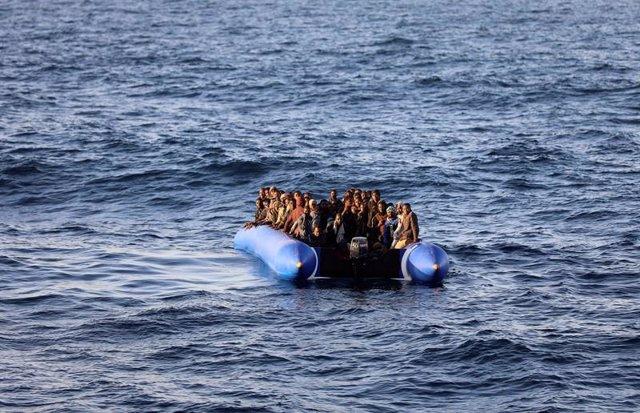 Bote con migrantes