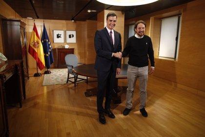 Sánchez e Iglesias inician su encuentro con un apretón de manos, pero sin intercambiar palabra