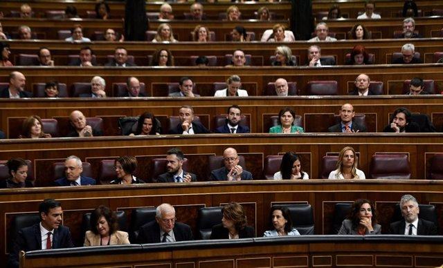 Pedro Sánchez y los diputados del PSOE