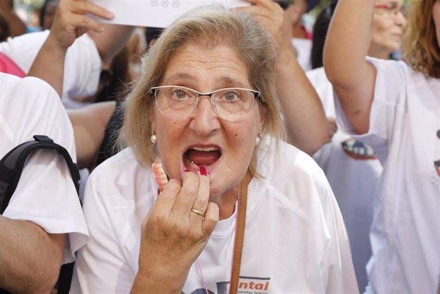 Manifestación en Madrid de afectados por la empresa de odontología iDental