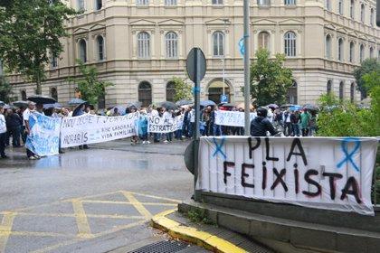 """Un centenar de funcionaris de presons protesten davant de Justícia pel """"preocupant abandonament"""" del cos"""